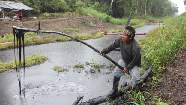 Pastor Dahua Scoops Oil from Petroperu pipeline spill on Marañón River, Oil Concession