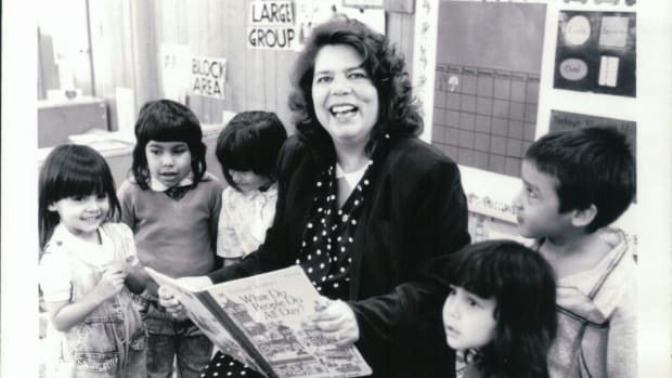 Wilma Mankiller reads to young students. (Photo courtesy of the Wilma Mankiller Foundation)