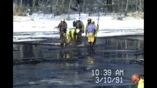 A crew cleans up an oil spill in Minnesota in 1991. It remains the largest inland oil spill in U.S. history, Winona LaDuke writes.