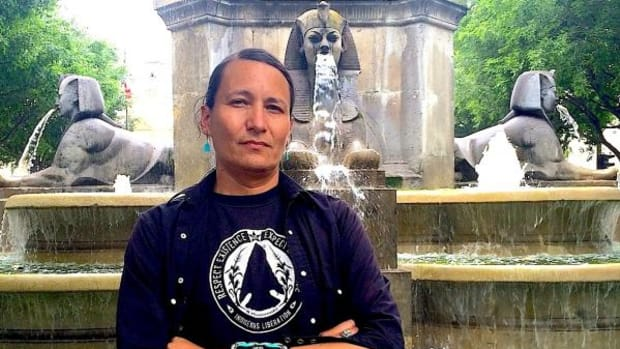 Klee Benally is a Diné musician, traditional dancer, filmmaker, silversmith and well-known Indigenous anarchist who was in Paris recently to perform a few concerts, and present his new feature, Power Lines.