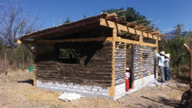 For 15 years, architect Juan Casillas has produced constructions with straw bales and other residual or recycled materials.