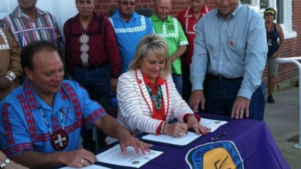 Choctaw Nation Chief Gary Batton and Oklahoma Governor Mary Fallin sign a vehicle tag compact at the Nation's Labor Day event. Photo: facebook.com/maryfallinforgovernor