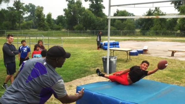 NFL Hall of Famer Randall McDaniel works with athletes at the Pine Ridge Camp.