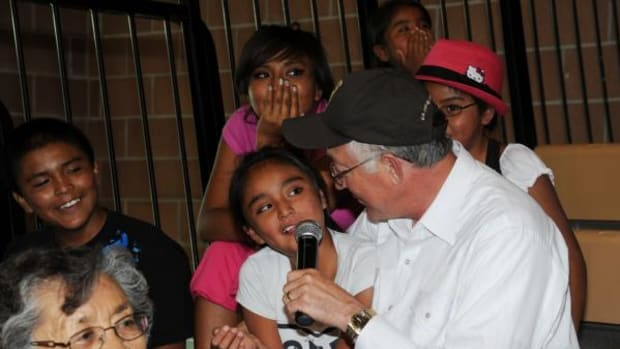 Ken Salazar speaks with Isleta Pueblo students about the benefits of physical activity and having fun. (Tami Heilemann, DOI Photographer)