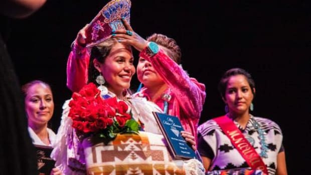2014 Miss Native American USA April Brannon Yazza (Zuni Pueblo and Navajo/Dine') presents the crown to the new Miss Native American USA 2015, Kristina Hyatt (Eastern Band of Cherokee)