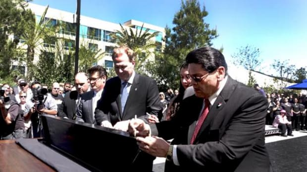 San Diego Mayor Kevin L. Faulconer (left) and Viejas Tribal Chairman Robert Welch, Jr. (right) signing beam of new luxury hotel at the resort.