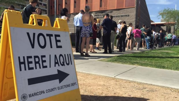 A federal court struck down Arizona laws on ballot harvesting and out-of-precinct voting that it said disproportionately harm minority voters. Among the problems are frequently shifting polling places that led to hours-long voting delays like those in the 2016 primaries, shown here. (Photo by Miguel Otarola | Cronkite News)
