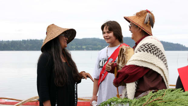 Bill Tsi'li'qw James, hereditary chief of the Lummi Nation, visits on May 31, 2012 with young people participating in the Lummi First Salmon Ceremony. (Photo courtesy of Northwest Treaty Tribes)