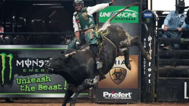 Glendale, Arizona; March 14, 2021. Whitehorse throws his hand back as he rides Kent's Wildride before getting bucked off in round 2. (Photo by Marlee Smith/Cronkite News)