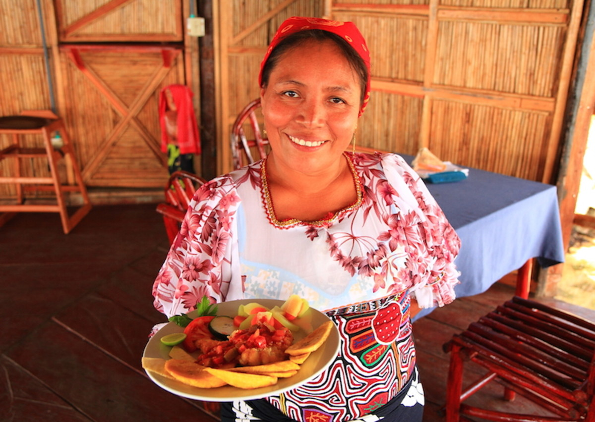 Guna waitress Ruby Lopez with lunch, photo by David Dudenhoefer