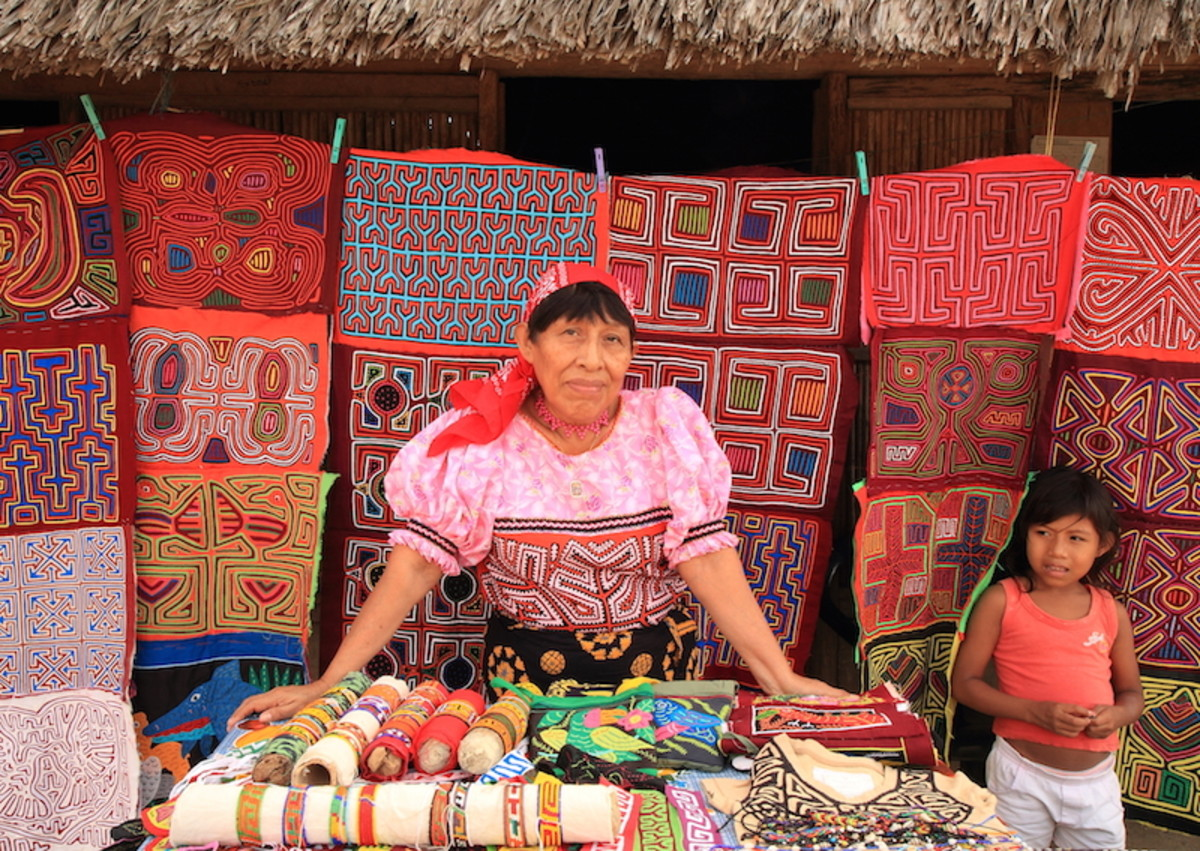 Guna woman selling molas in Playón Chico (David Dudenhoefer)