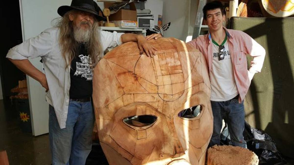Chief Beau Dick and apprentice Alan Hunt with Tsonoqua, 2016. This mask will be exhibited at Documenta 14.