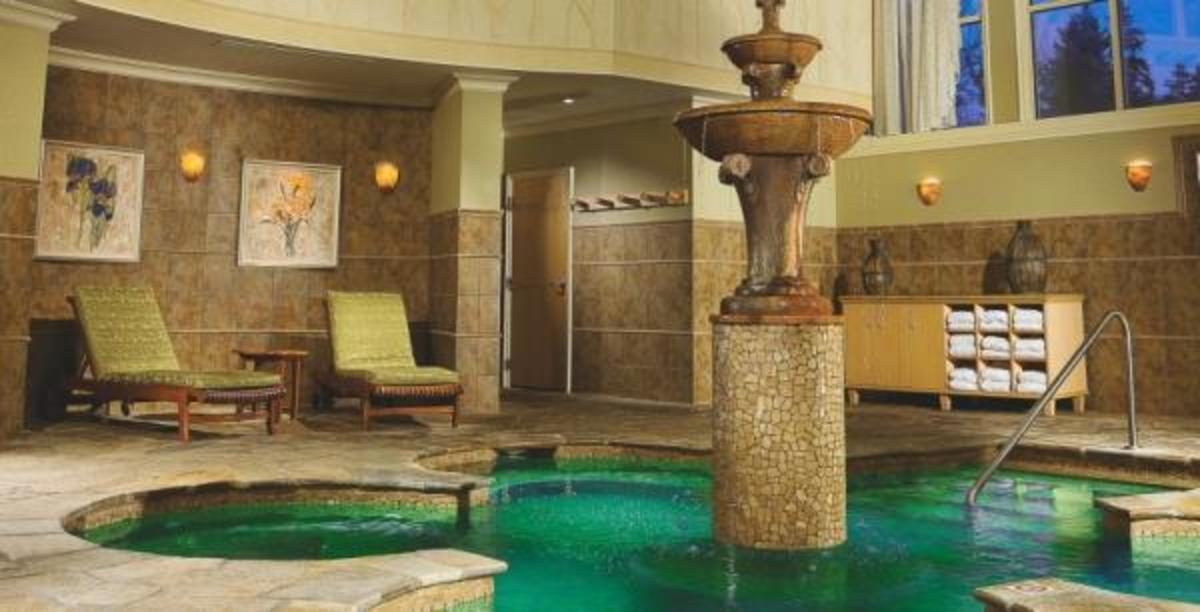 The tranquil mineral pool in the co-ed spa lounge at Skaná