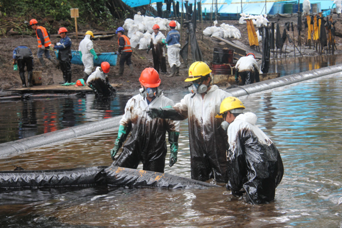 Workers clean up oil from a late-August spill in Nueva Alianza, Peru