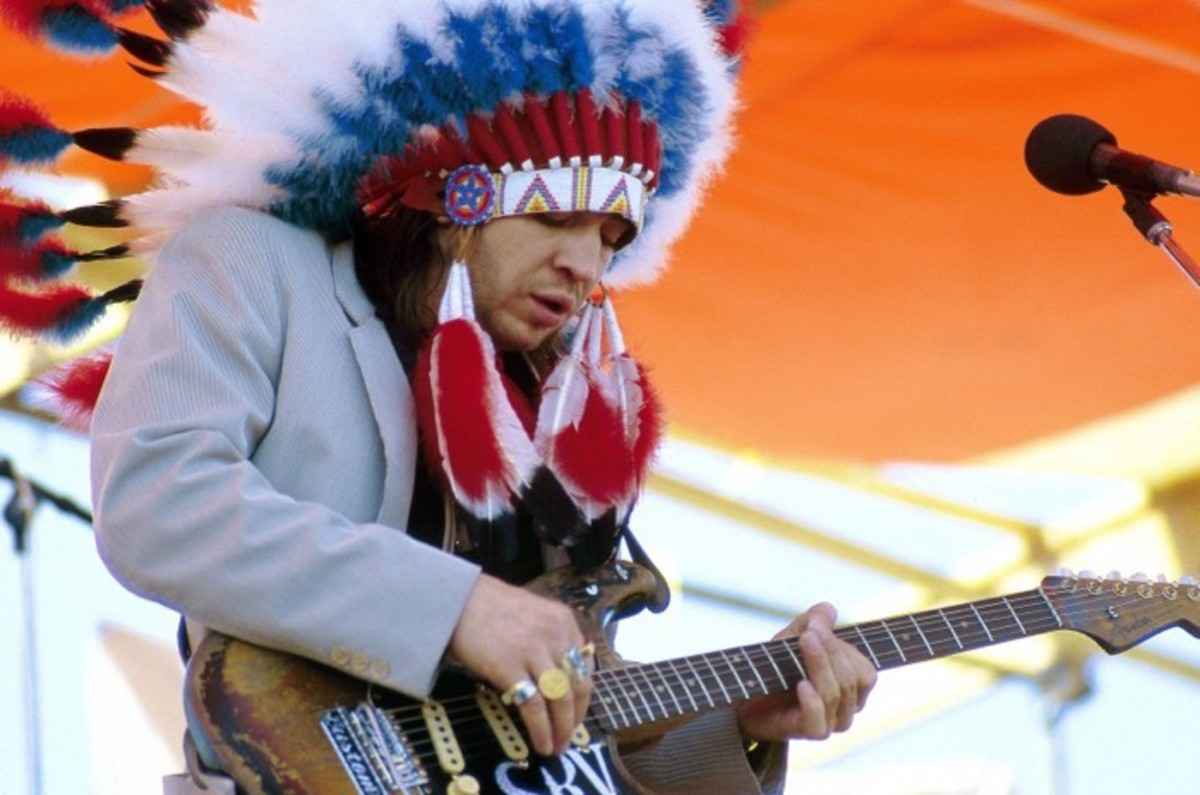 Stevie Ray Vaughan (1954-1990), U.S. blues guitarist, wearing a Native American headdress while playing the guitar during a live concert performance at the New Orleans Jazz and Heritage Festival in New Orleans, Louisiana, USA, in 3 May 1986.
