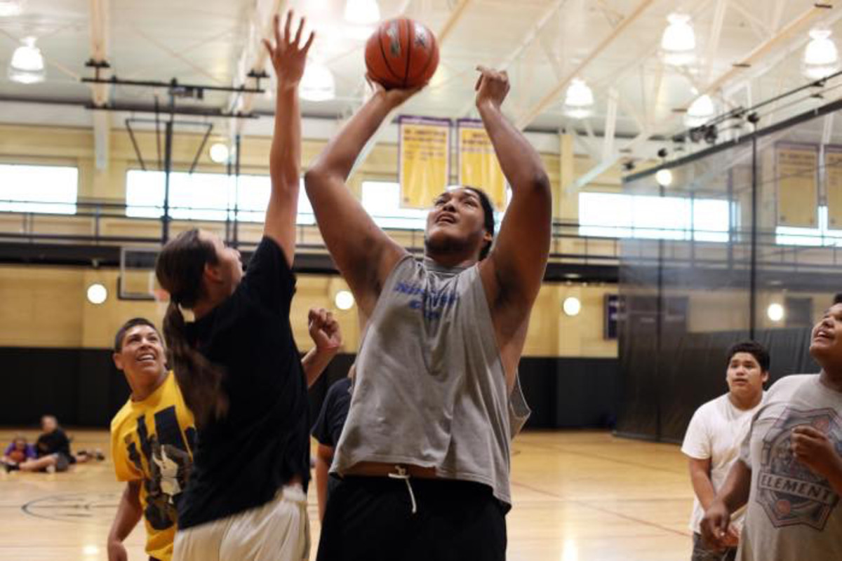 IRVING, NY: Brave Williams plays basketball with his friends at the Cattaraugus Community Centre on October 2, 2016 in Irving, New York. Photo: Ruaridh Connellan / Barcroft Images