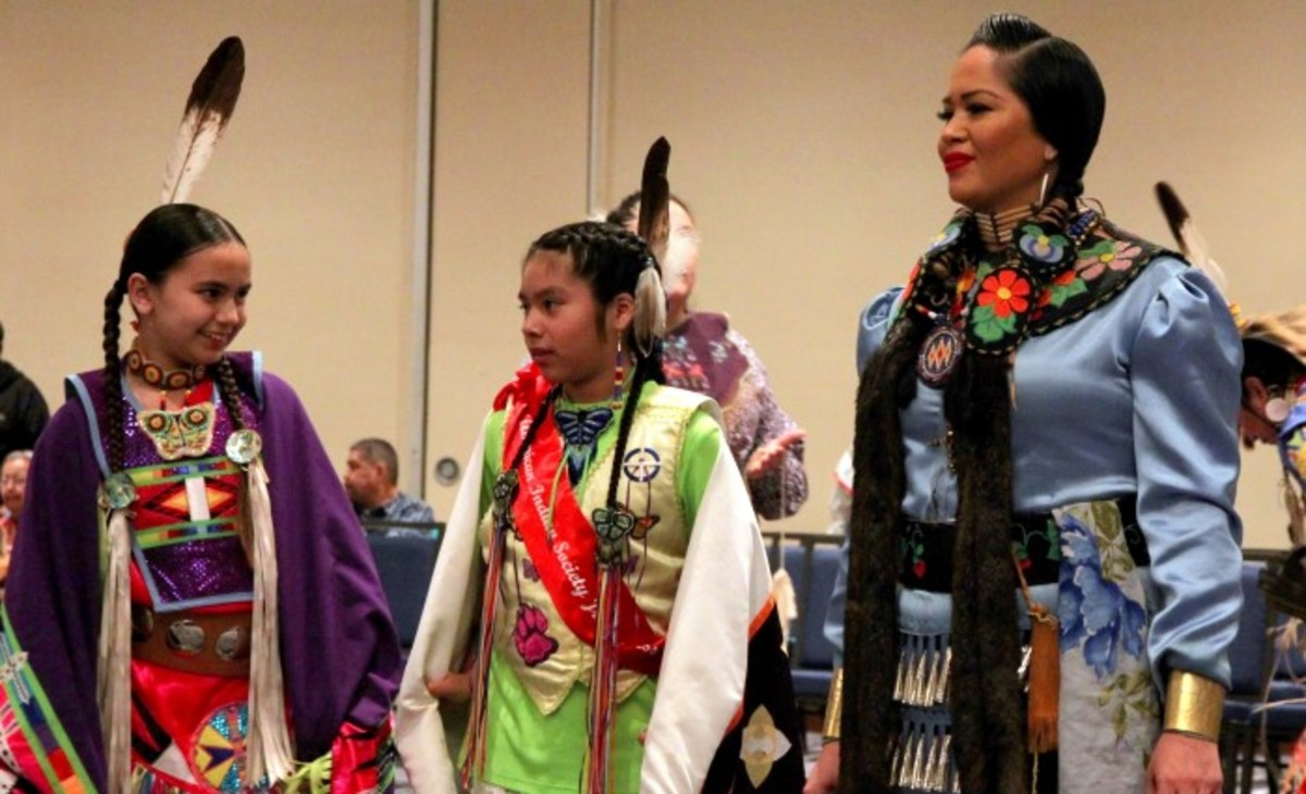 Female dancers bringing friendship and healing to the pow wow circle. Photo-Christian Gomez