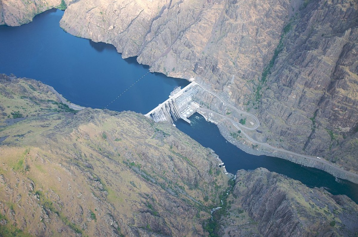 Hells Canyon Dam on the Snake River, the border between Oregon and Idaho states