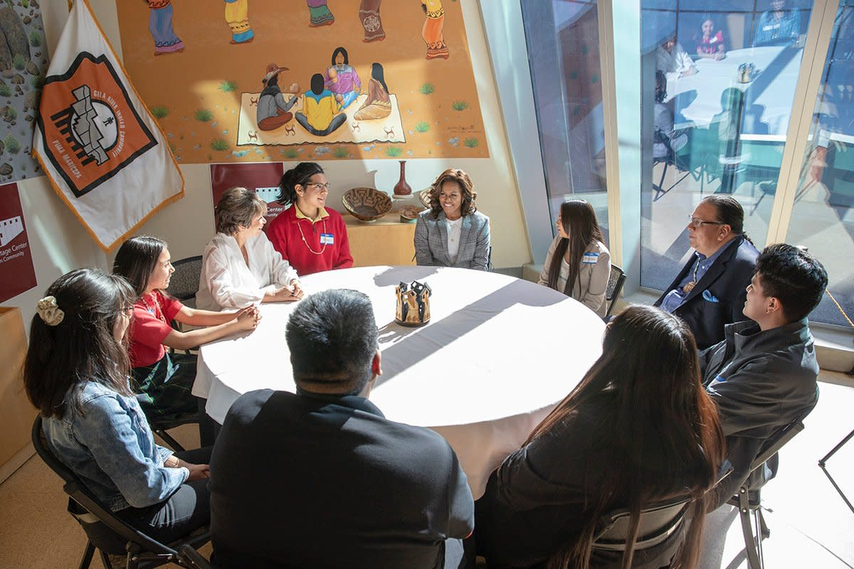 Students at the table with Michelle Obama. (Photo: Courtesy Gila River Indian News / Roberto Jackson.)