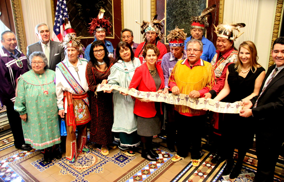 Iroquois Nation leaders, clan mothers and U.S. Government officials hold the belt George Washington had made and had presented to the Haudenosaunee in 1794 at the Canandaigua Treaty. (Photo Vincent Schilling)
