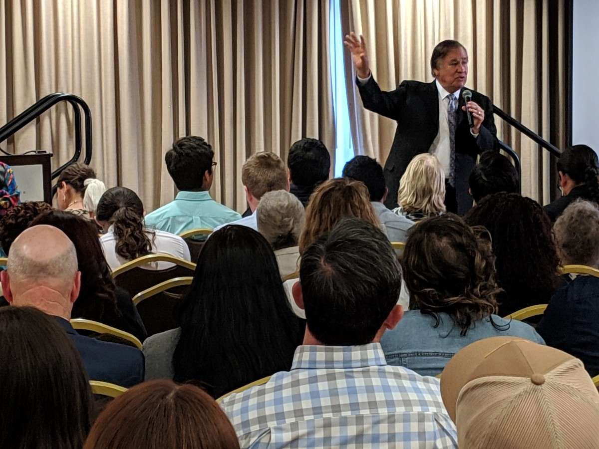 Billy Mills addresses a full room in Alexandria. (Photo: Vincent Schilling)