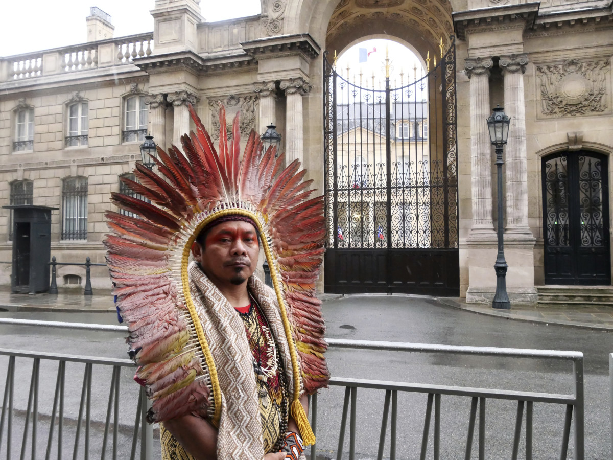 Ninawa Inu Huni kui stands in front of the Elysee Palace after he delivered a letter to the office of French President Emmanuel Macron, in Paris, Saturday, Oct. 2, 2021. A Brazilian Indigenous leader is appealing to France's president to use his sway to fight deforestation of the Amazon. (AP Photo/Nicolas Garriga)
