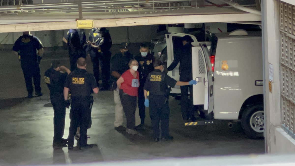 Homeland Security loads those arrested into the van under the Interior building. (Photo by Jourdan Bennett-Begaye, Indian Country Today)