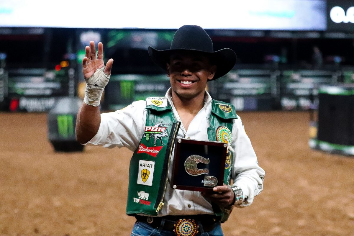 Glendale, Arizona; March 12, 2021. Keyshawn Whitehorse waves at fans and holds up his first event win belt buckle of 2021. (Photo by Marlee Smith/Cronkite News)